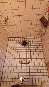 古いトイレを外したところ